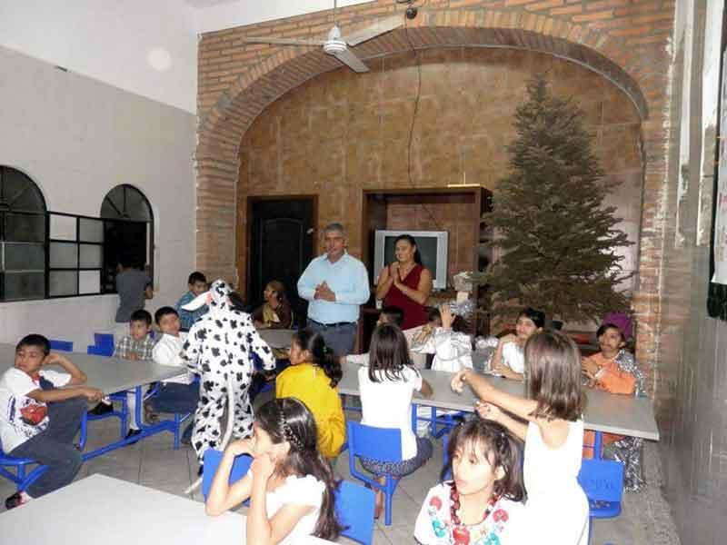 Llevan regalos a niños  de casas hogar