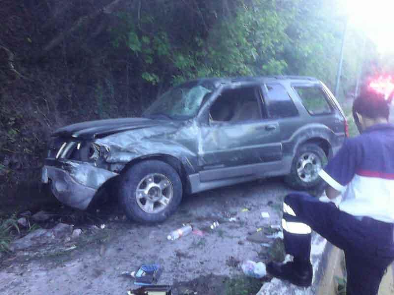 Destroza su camioneta y un  auto; huyó el responsable