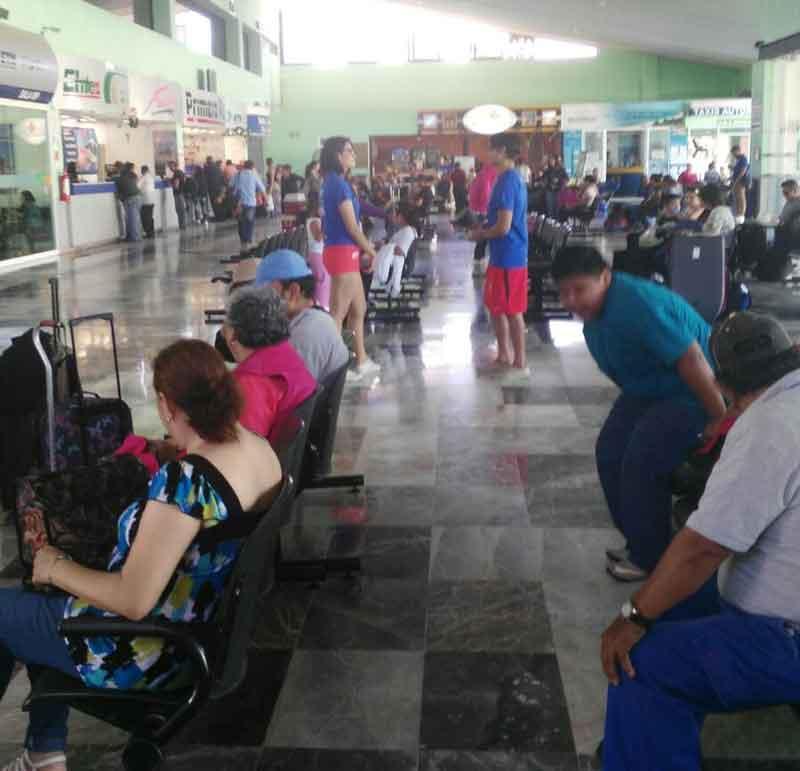 Retrasos en llegadas y salidas de autobuses por volcadura de pipa