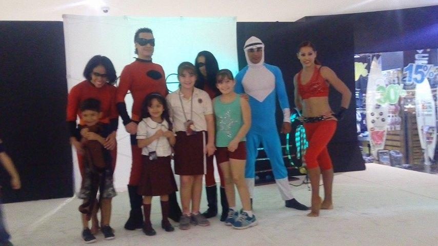 Una familia de súper héroes  en Galerías Vallarta