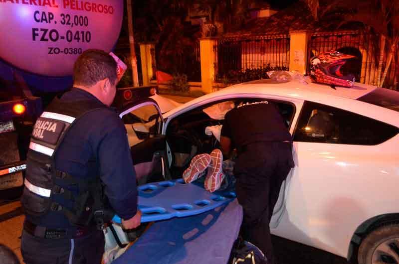 Conductor de Honda Civic  se impacta contra una pipa