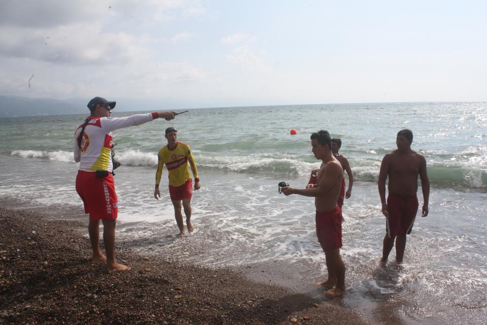 Rescatan a bañistas