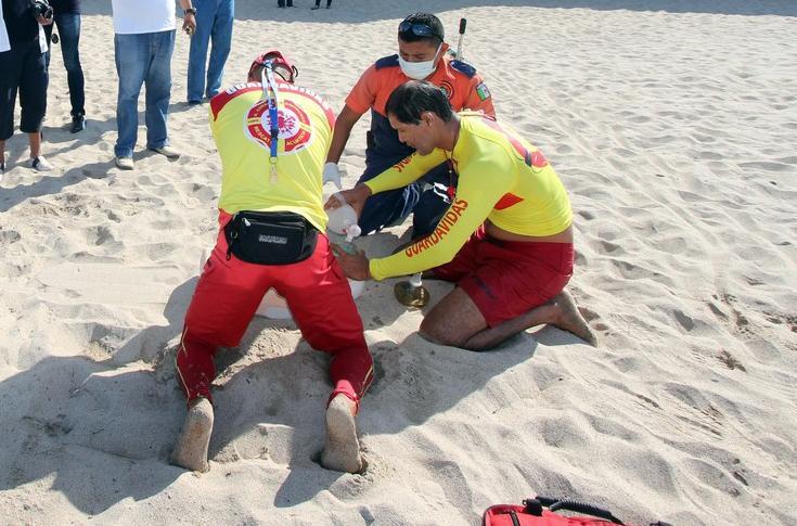 Rescatan a menor en  playa Los Muertos