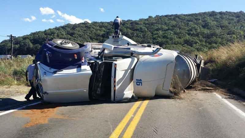 Cierran carretera por volcadura  de pipa cargada de combustible