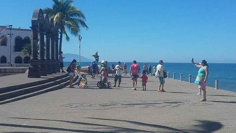 Miles de turistas disfrutan de las playas de PV