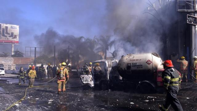 Bomberos atienden incendio de pipa de gas LP en Tonalá