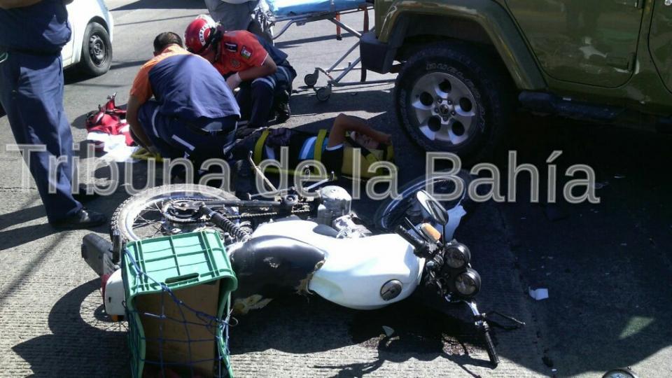 Motociclista lesionado al impactarse contra un jeep
