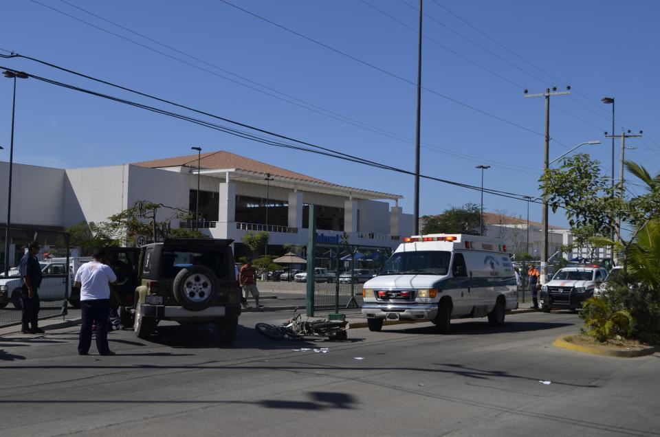 Se le atravesó un jeep y  motociclista está herido