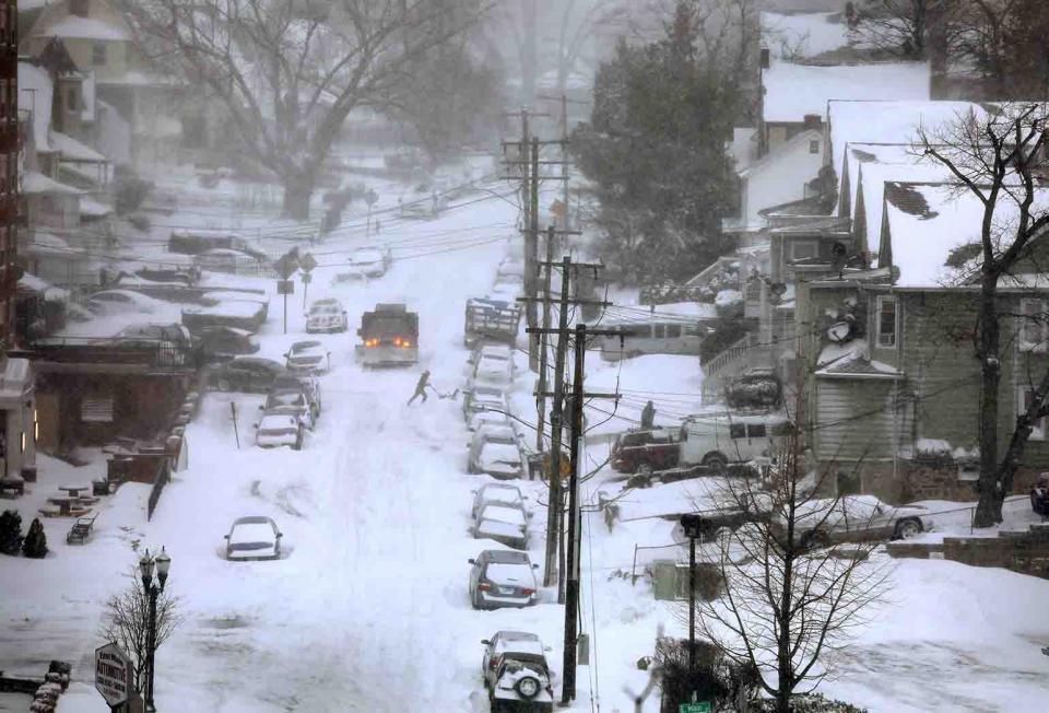 Tormentas invernales dejan sin  energía a 120 mil en Canadá