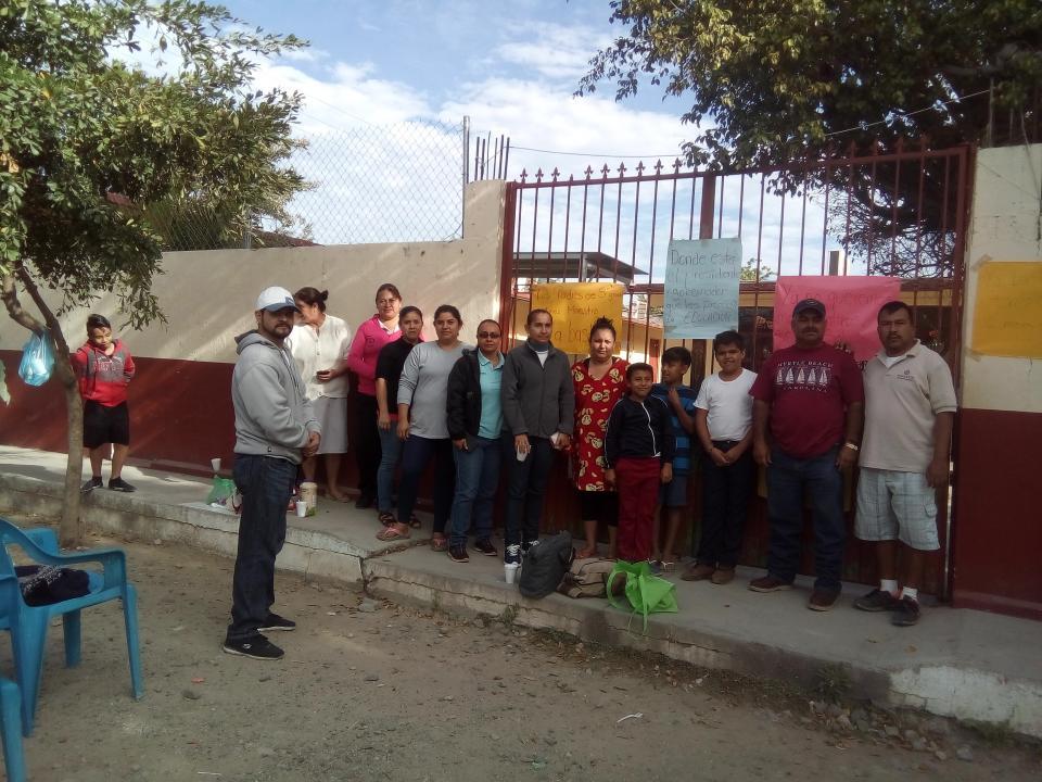 Toman los Padres de familia, la  escuela de San Juan Papachula