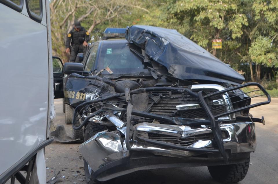 Cuatro policías de la Fuerza Única  heridos al chocar vs camión urbano