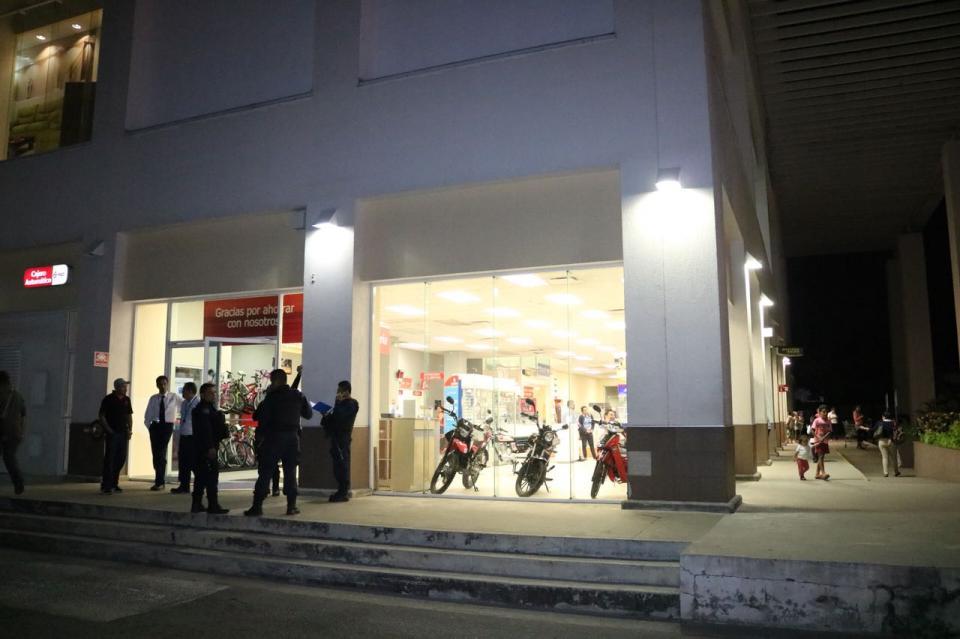 Asaltan a clientes de banco  Famsa en la Macro Plaza