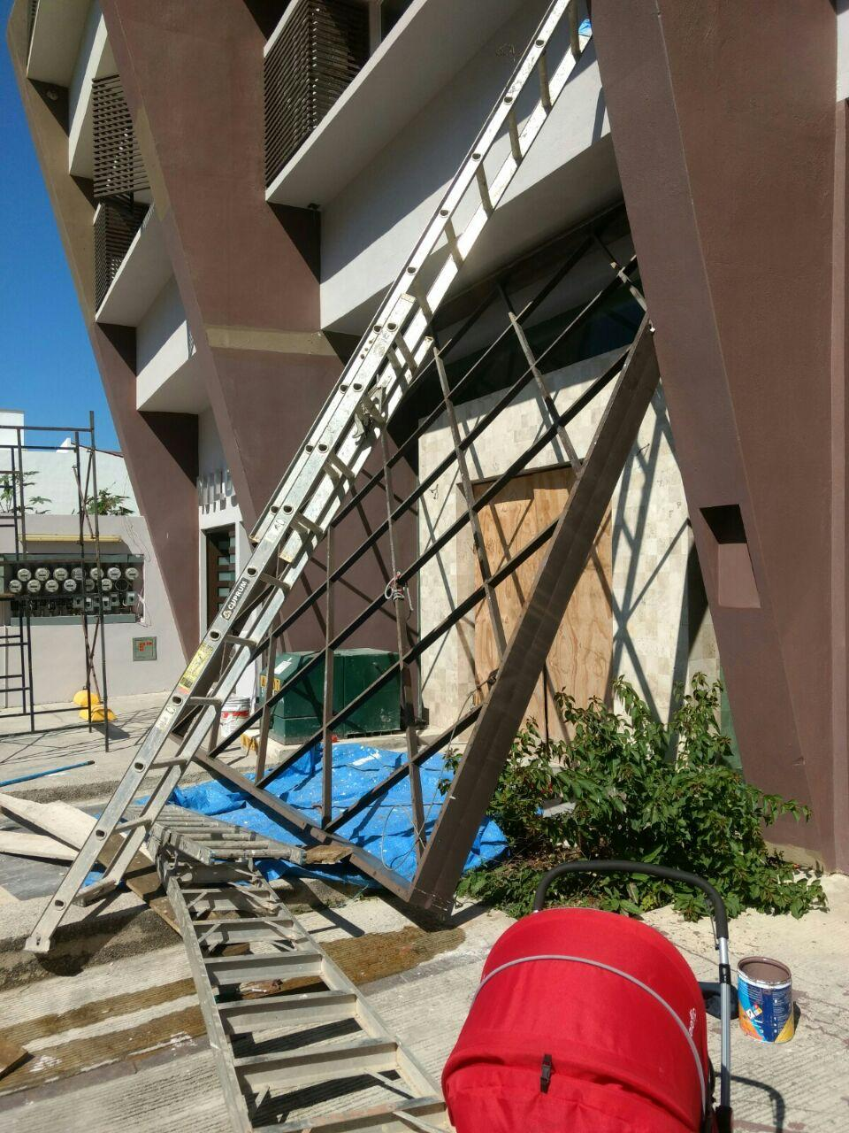 Pintores heridos al caerles encima  estructura metálica mal puesta