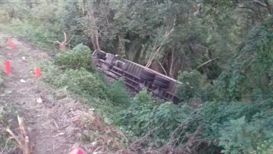 Volcadura de Torton, causa  estragos en la carretera 200
