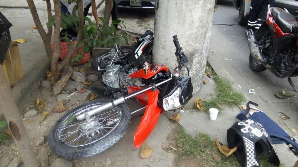 Motociclistas heridos  al chocar con un poste