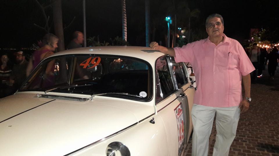 Desfilan automóviles clásicos por  el malecón de Puerto Vallarta