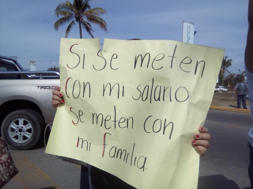 Sin pago de sueldos maestros  de Bahía bloquearon boulevard