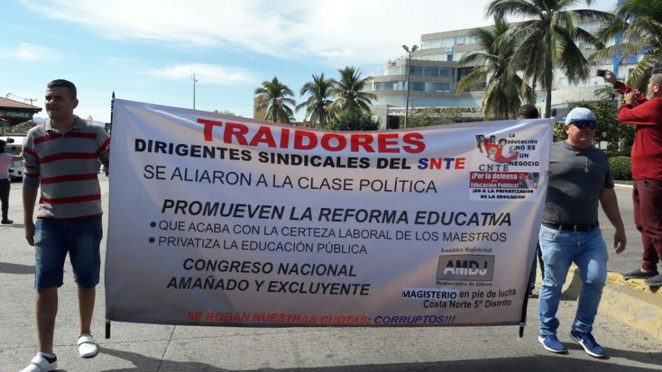 Marchan maestros  en Puerto Vallarta por repudio a comitiva del SNTE