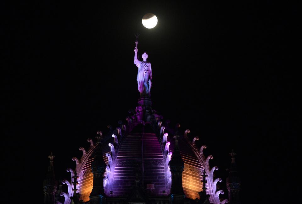 El eclipse total de Luna asombró  al mundo y llenó de fantasía el cielo
