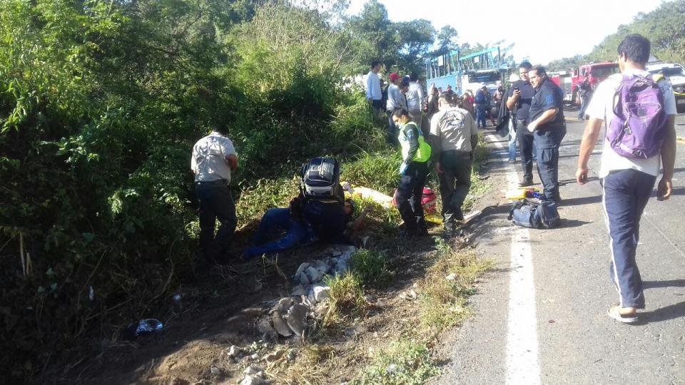 Camionazo deja dos  muertos y 22 heridos