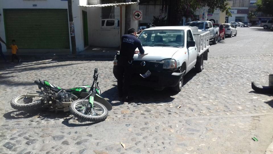 Motociclista choca  contra camioneta