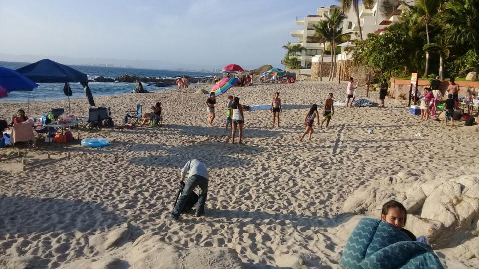 Turistas disfrutan de las  playas de Puerto Vallarta