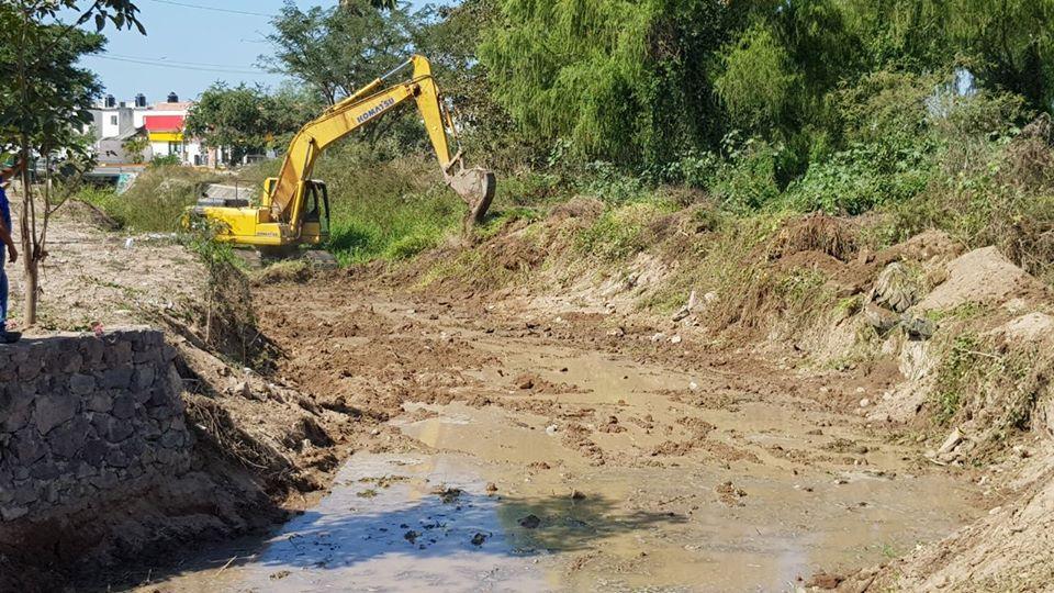 Desazolvan canales y  arroyos del municipio