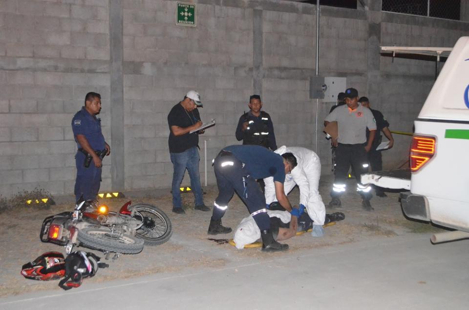 Mata motociclista a peatón