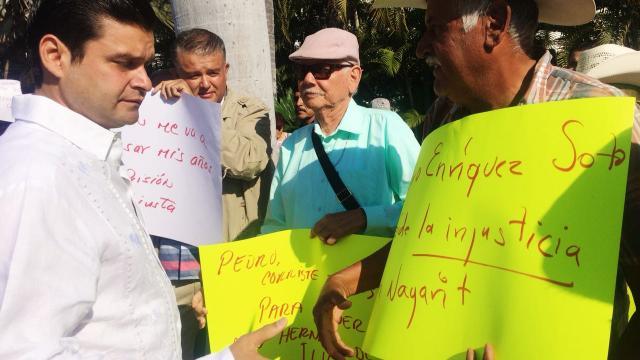 Manifestantes de la comisión de la Verdad son escuchados por el Gobernador de Nayarit