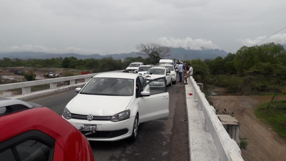 CARAMBOLA EN PLENO PUENTE…    Accidente en el puente del Ameca  provoca terrible caos vial