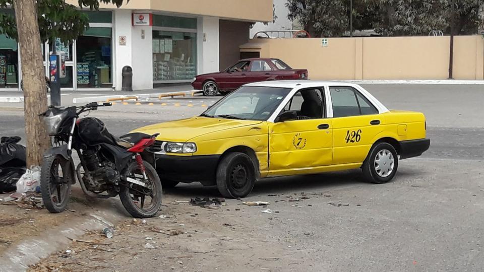 Motociclista se  estampó vs taxi