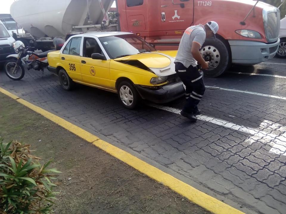 Taxi se pasa semáforo y  choca con auto particular