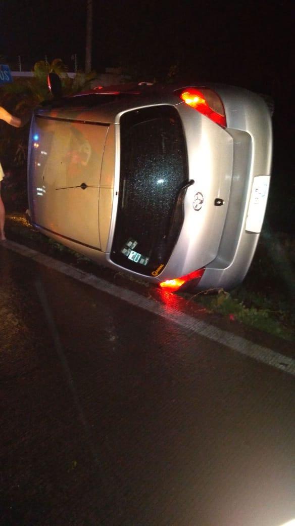Vuelca su vehículo al conducir bajo la lluvia
