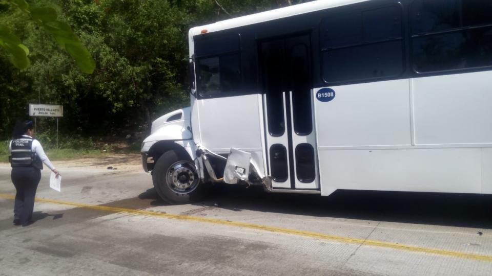 Aparatoso accidente entre autobús y camioneta de lujo