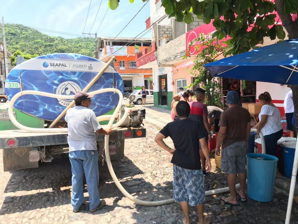 Atiende Seapal con pipas a vecinos de la 5 de Diciembre y López Mateos