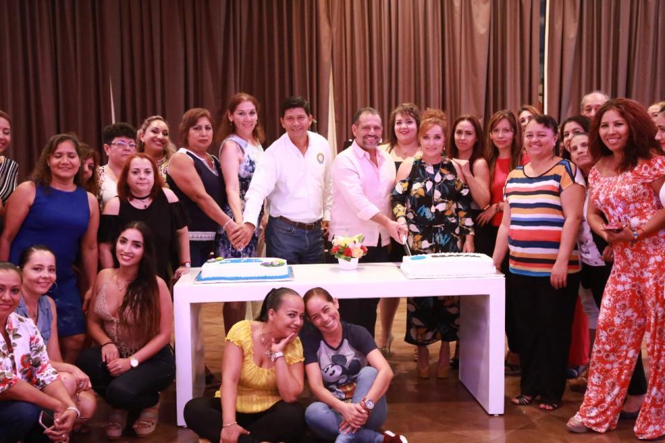 Celebra Andrés a las secretarias de Seapal Vallarta
