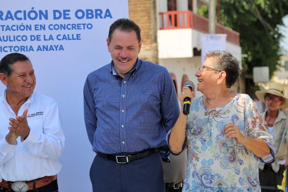 Inaugura Jaime Cuevas calle Victoria Anaya en San Juan de Abajo