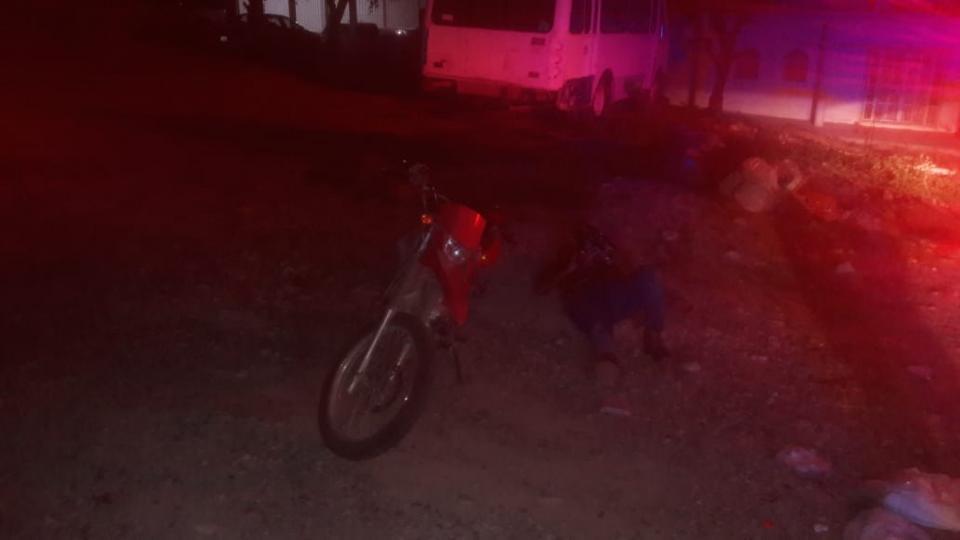 Derrapa en motocicleta y queda inconsciente