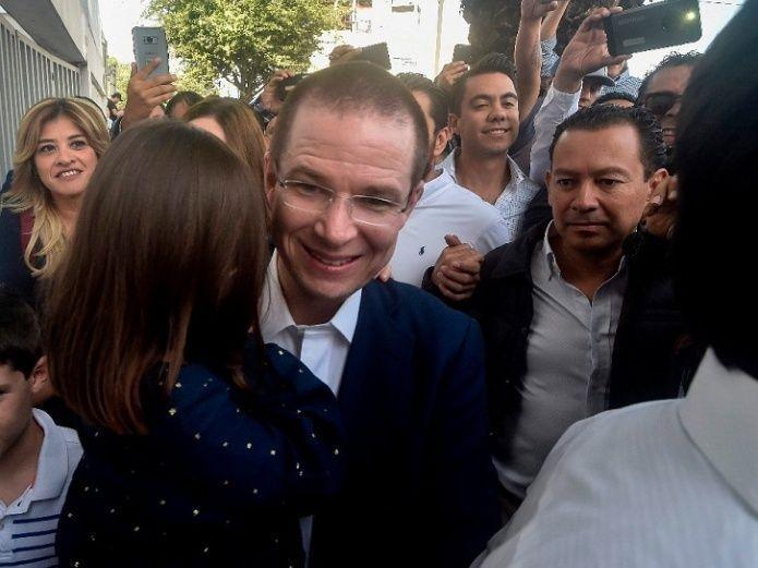 Ricardo Anaya se presenta en Querétaro a emitir su voto