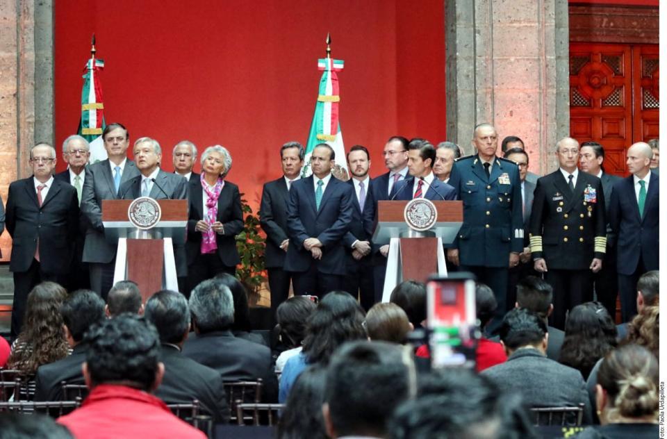 Tira AMLO reforma  frente a Peña Nieto