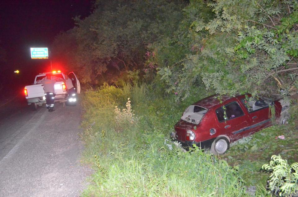 Volcadura en La Desembocada  deja dos personas heridos