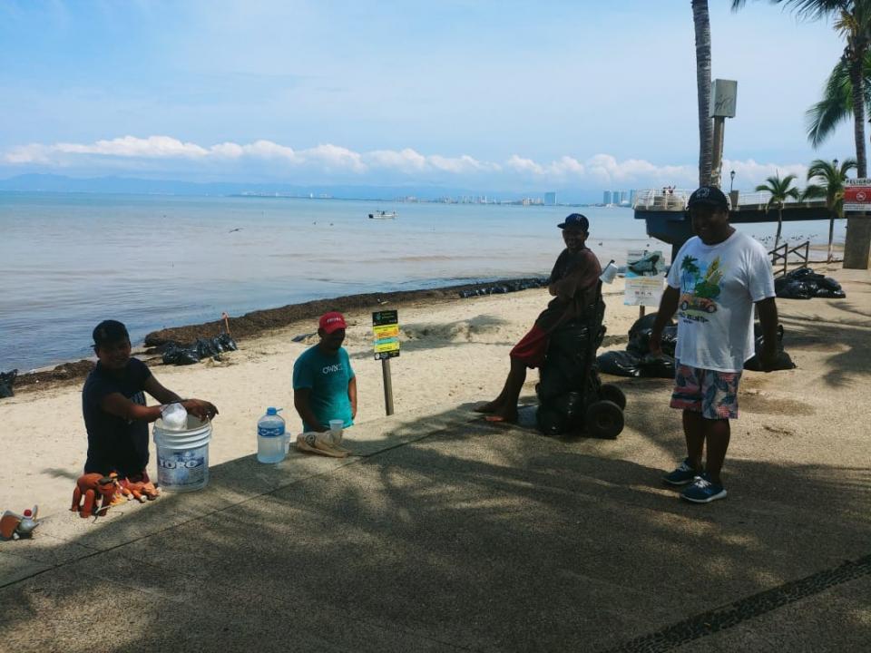 Vendedores colaboran en limpieza de playas