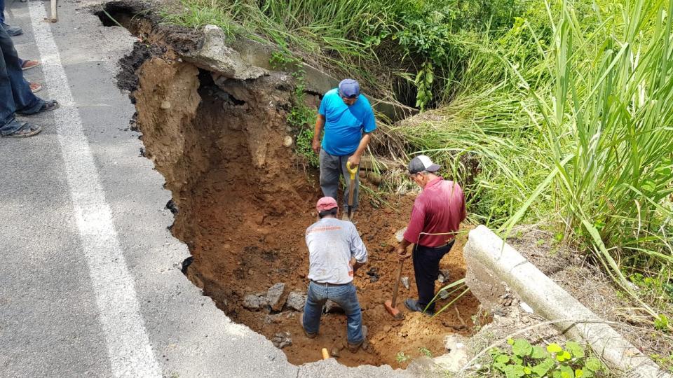 Repara Obras Públicas socavones en la carretera estatal 544