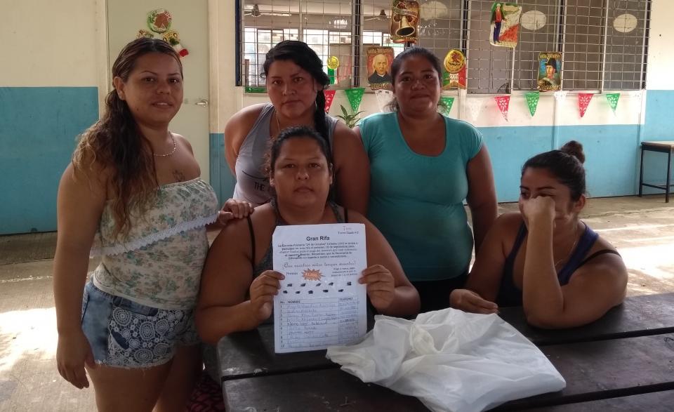 PADRES DE FAMILIA DE LA 24 DE OCTUBRE…    Están hartos de estar pagando  maestro desde hace casi un año