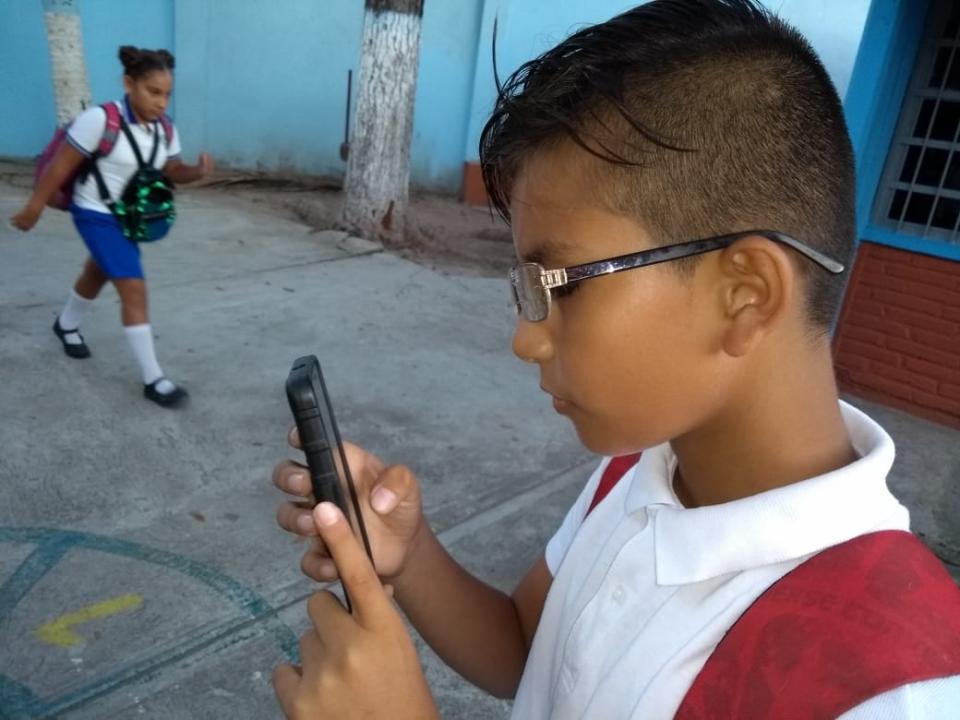 Aumenta el uso de dispositivos móviles y niños pasan hasta 4 horas viéndolos