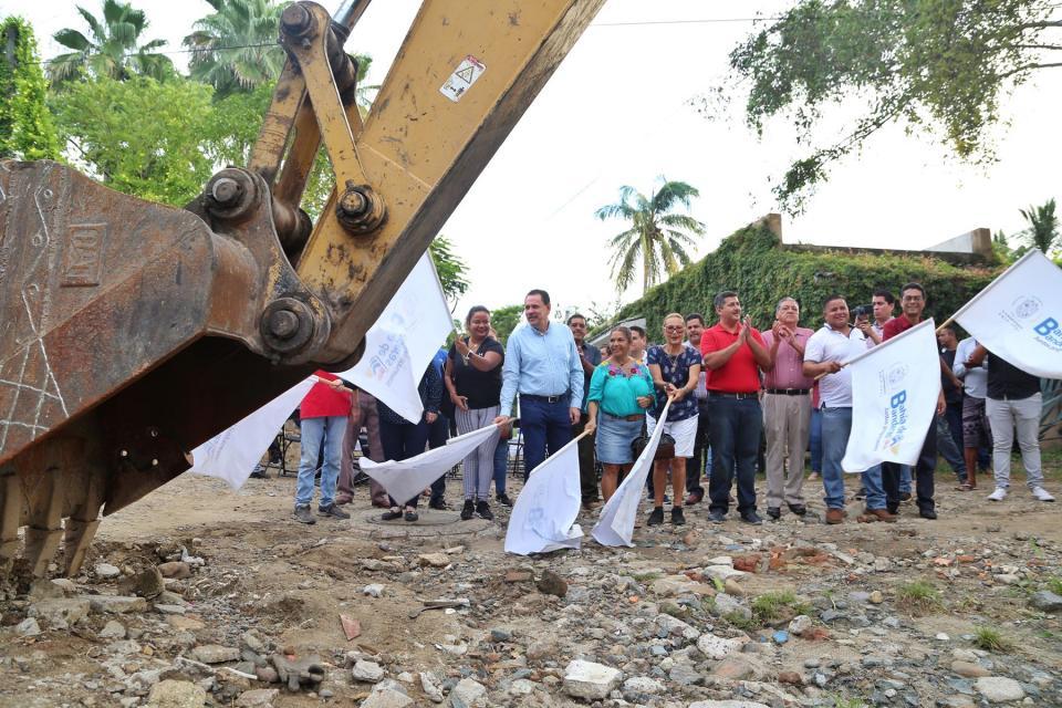 Jaime Cuevas da banderazo de  obra en La Cruz de Huanacaxtle