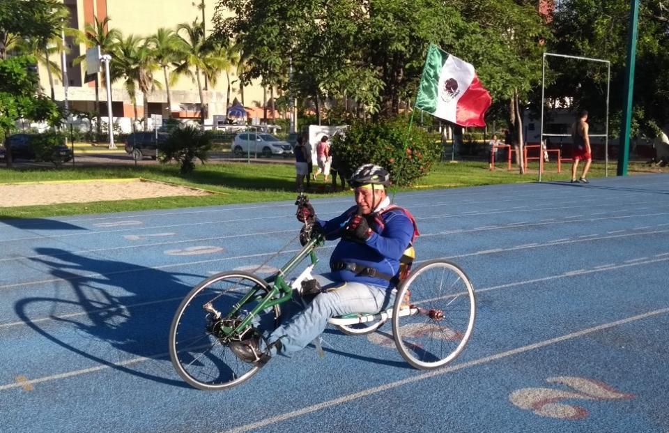 Poco apoyo, atropellado, pero ganó su medalla en maratón de CDMX