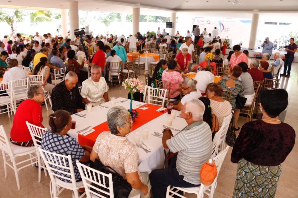 Con el baile de la 'Cana al Aire' celebra DIF a los adultos mayores