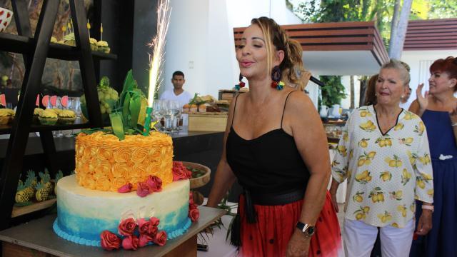 Celebra Eva Contreras un año más de vida a la orilla del mar