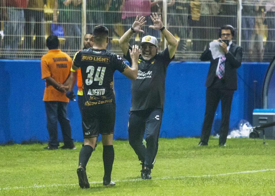 Rodeado de polémica, Maradona  debuta con victoria en Dorados